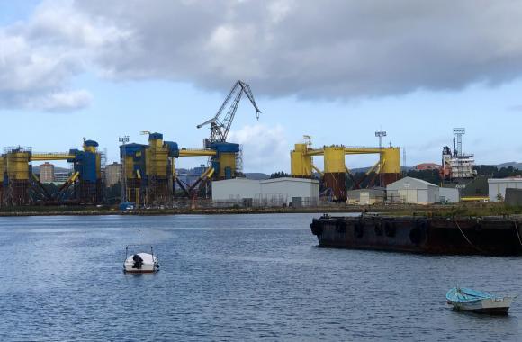Plataformas eólicas e barco Fjord