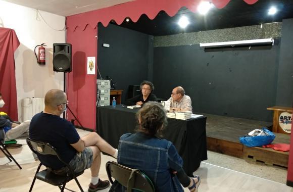"Manuel Monge con Eliseo Fernández presentando ""Os restos do franquismo"""