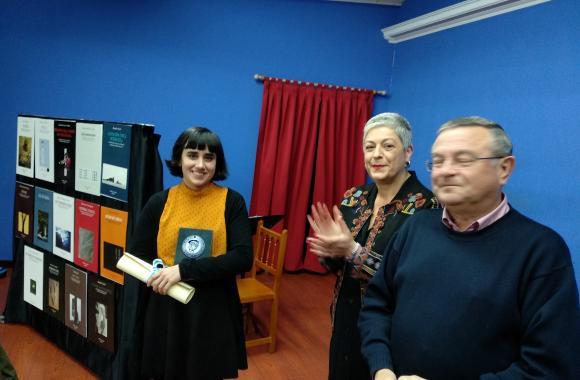 Rexina Touceda recibindo o premio con Paula Romero e Gumersindo Galego