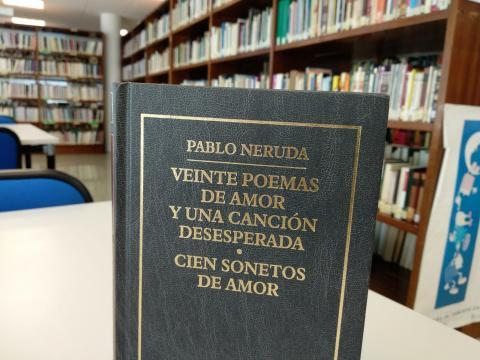 Libro de Pablo Neruda na biblioteca municipal Pérez Parallé de Fene