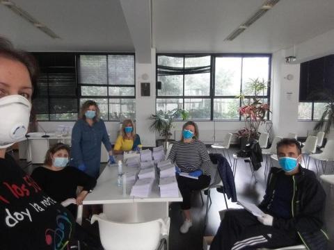Ensobrado das máscaras no salón de plenos da Casa do Concello de Fene