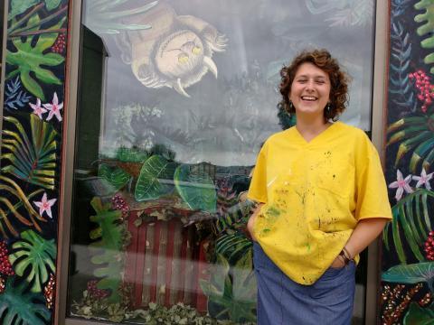 Laura Bouza diante do seu laboratorio de creación artística