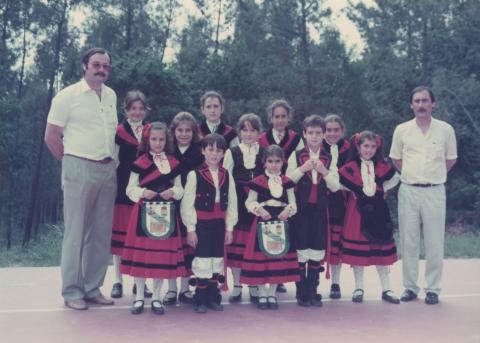 José Llao e José Seco cun grupo de Caraveleiras. 1985. Magalofes