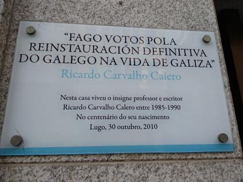 Placa nunha das vivendas que habitou Carvalho Calero en Lugo