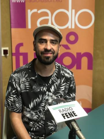 Cris Castro no estudo de Radio Fene