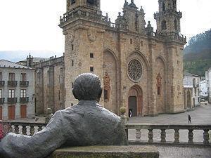 Estatua de Álvaro Cunqueiro diante da catedral de Mondoñedo