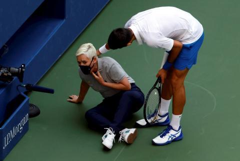 Novak Djokovic despois do incidente. Foto extraida de eldesmarque.com