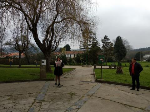 Loreto de Castro no xardín Rosalía de Castro en Perlío Fene