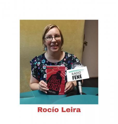 Rocío Leira xunto con seu libro Trescatorcedezaseis