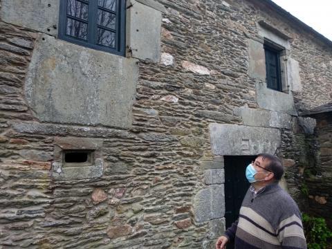O profesor Bernardo Penabade diante da casa reitoral de Grañas do Sor