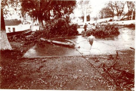 Campo da festa de Maniños tras o ciclón Hortensia. 1984.