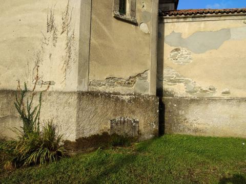 Sepulcro sen nome na absida da igrexa de San Salvador de Leiro (Miño)