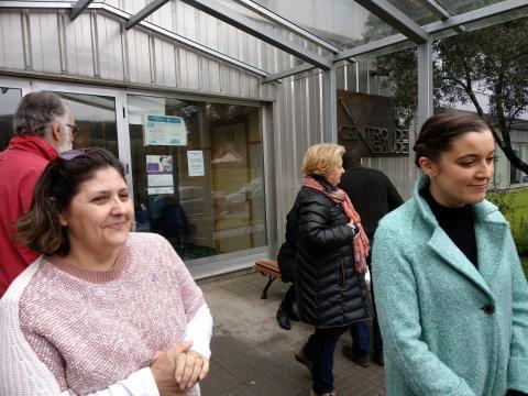 Eva Solla e Mari Carmen Martínez diante do Centro de Saúde de Fene