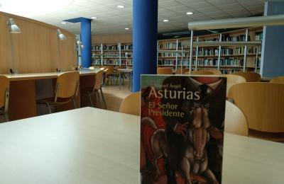 Libro de Miguel Angel Asturias na biblioteca municipal de Narón