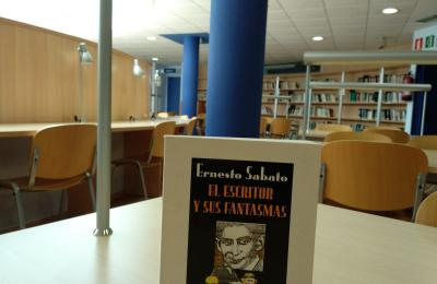 Libro de Ernesto Sábato na biblioteca municipal de Narón