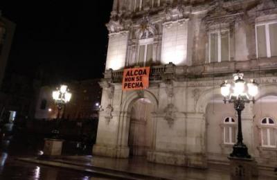 Alcoa non se pecha, reza a pancarta colgada do Concello da Coruña