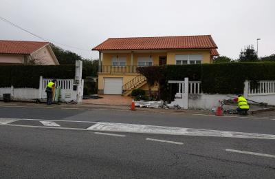 Danos provocados polo accidente na estrada da Palma en Barallobre