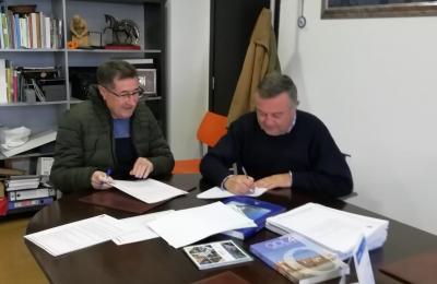 O alcalde de Fene Gumersindo Galego asinando un convenio con Aspaneps