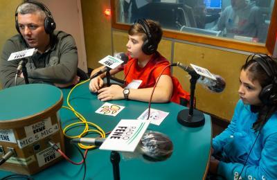 Alberto, Brais e Noa Pazo en Radio Fene. Fotografía: Xanxe Corral