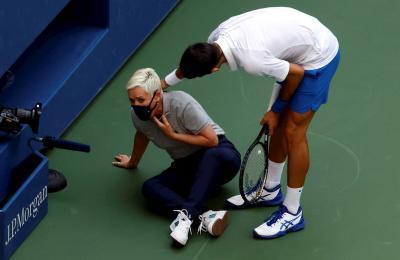 Djokovic e a xuíza de liña. Imaxe extraida de eldesmarque.com