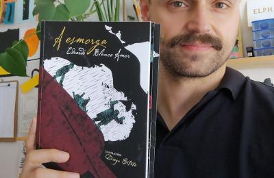 Diego Estebo posa amosando a reedición da Esmorga