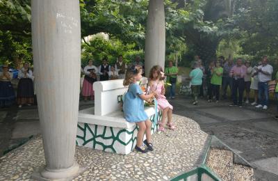 Dúas nenas na ofrenda floral do Monumento ao Camiñante Descoñecido