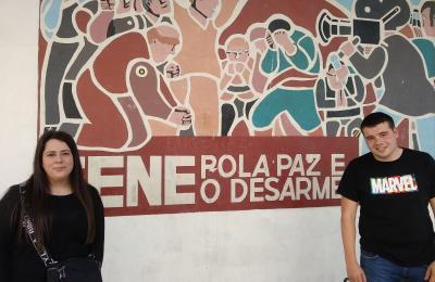 Rocío Malpica e Adrián Brage diante da Casa do Concello de Fene