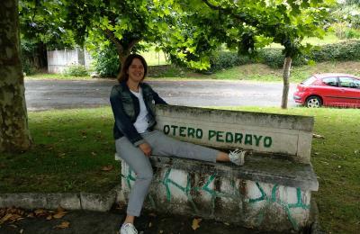 Patricia Arias no banco adicado a Otero Pedrayo