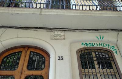 Placa no barrio de Gracia a Enrique Labarta Pose