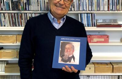 Guillermo Llorca co libro sobre Avelino Comerma