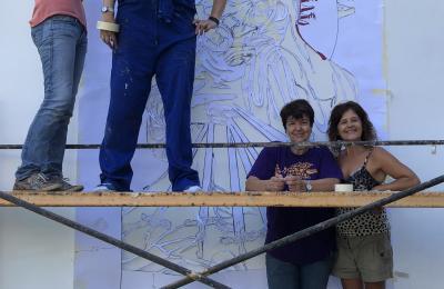 """Laura Bouza xunto coas súas alumnas realizando o mural """"Señor, quero ser artista"""""""