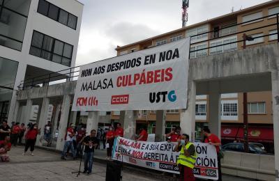 Protesta contra os despidos en Noa madeira creativa. Fene