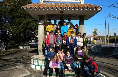 Colexio O Ramo no Monumento ao Camiñante Descoñecido de Barallobre