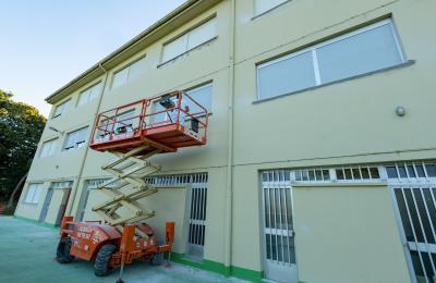 Reparación das soleiras das fenestras no colexio O Ramo de Barallobre