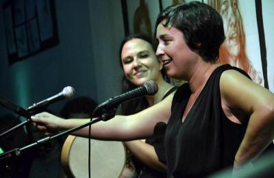 Faia Díaz e Vero Rilo actuando na Habana