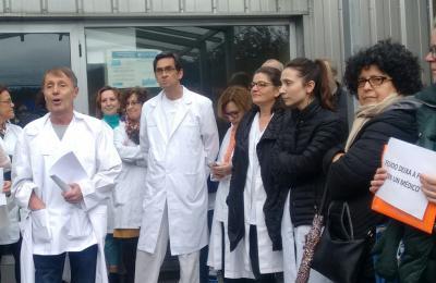 Concentración demandando a cobertura das vacantes no Centro de Saúde de Fene