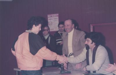 Faustino Seco recollendo o trofeo na Casa da Cultura de Fene