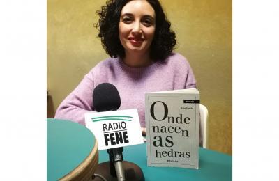 """Ana Varela co libro """"Onde nacen as hedras"""""""